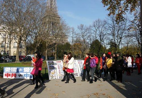 巴黎艾菲爾鐵塔附近的法輪功真相點。(大紀元)