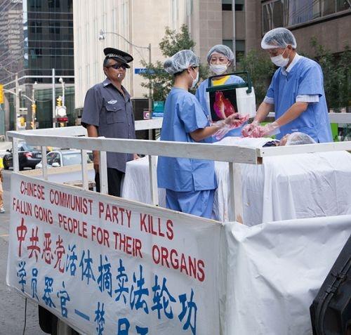 海外法輪功學員做活摘器官模擬演示。(明慧網)