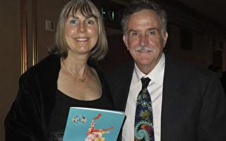 服装设计师Cynthia Ewers与先生一起观看了1月10日晚上神韵世界艺术团今年在旧金山歌剧院的第四场演出。(马有志/大纪元)
