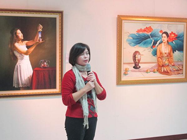 籌辦這次畫展的廖慈倫老師解說這次畫展內容。(廖素貞/大紀元)