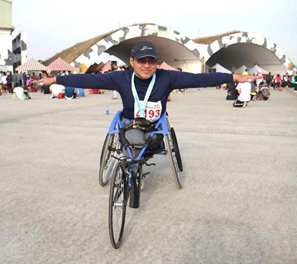 桃園在地人邱啟文以1小時10分20秒成績獲得身障組14KM第一名。(徐乃義/大紀元)