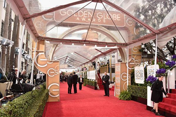 工作人員在金球獎紅毯上進行籌備。(Frazer Harrison/Getty Images)