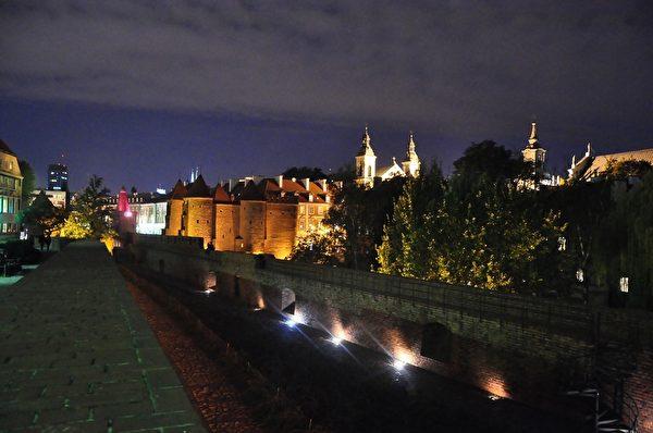 波兰华沙旧城区夜晚美景。(pixabay)