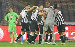 尤文图斯14年来客场首次战胜那不勒斯,尤文球员尽情庆祝。(Giuseppe Bellini/Getty Images)