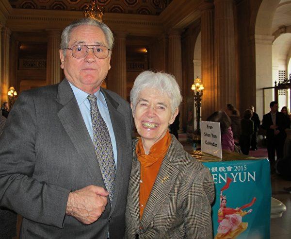 舊金山歌劇院董事Jayne Davis女士(右)與先生Peter Davis一起觀看了1月11日下午的神韻晚會。(梁欣/大紀元)