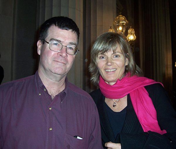 1月11日下午,神韻世界藝術團在舊金山歌劇院的演出繼續大爆滿。舊金山律師Frank Summers(左)和太太Sandra Vogul一起觀賞了當天的演出。(周容/大紀元)