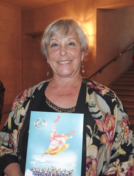 1月11日下午,神韻世界藝術團在舊金山歌劇院的演出繼續大爆滿。大學教授Wanda Bishop與朋友們一起觀賞了當天的演出。(馬有志/大紀元)