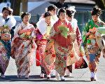 1月12日,新成年少女著傳統的和服到東京的豐島園主題樂園慶祝成年。(Toru YAMANAKA/AFP)