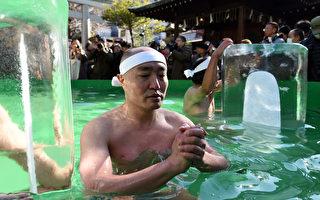 新年伊始,40多名日本人參加在東京神田神社舉行的潑水活動。(TOSHIFUMI KITAMURA/AFP)