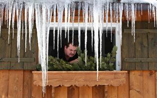 德国南部奥伯斯多夫(Oberstdorf)一居民正在装饰住家窗户。(OLIVER LANG/AFP/Getty Images)