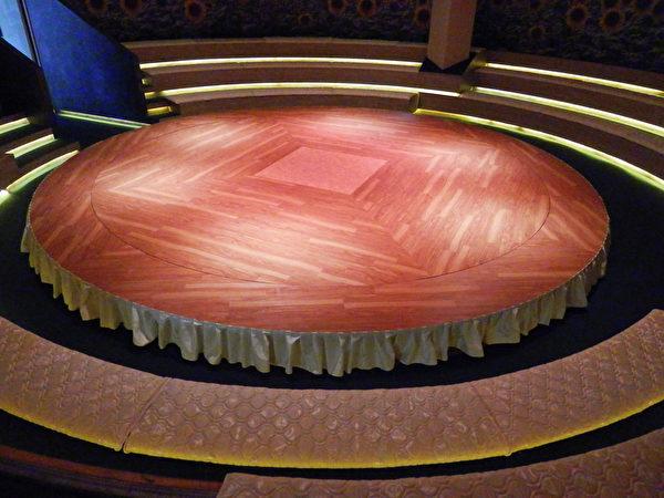 坐在舒適的椅墊上,觀賞圓形旋轉舞台上的表演,應該賞心悅目又舒服吧。(圖:老K舒眠文化館提供)