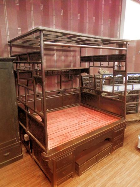 現代社會難得一見的「紅眠床」,床的文化就在這裡傳遞出去。(圖:老K舒眠文化館提供)