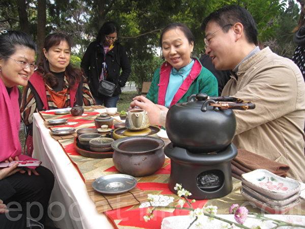 陶藝大師許俊翔在泡茶師泡茶後向來賓介紹他所創作的壺泡出好茶的祕訣。(李容耕/大紀元)