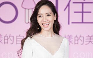 """艺人侯佩岑13日在台北出席代言活动,她分享当新手妈妈的心得,""""我终于体会当妈妈的辛苦和伟大。""""(陈柏州/大纪元)"""