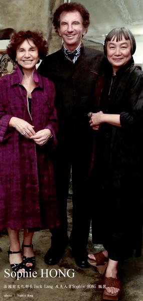 洪丽芬与法国前文化部部长Jack Lang及夫人合影。(图片来源:Sophie Hong提供)