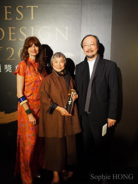 """洪丽芬获得""""金点奖"""",右为林磐耸教授。(图片来源:Sophie Hong提供)"""