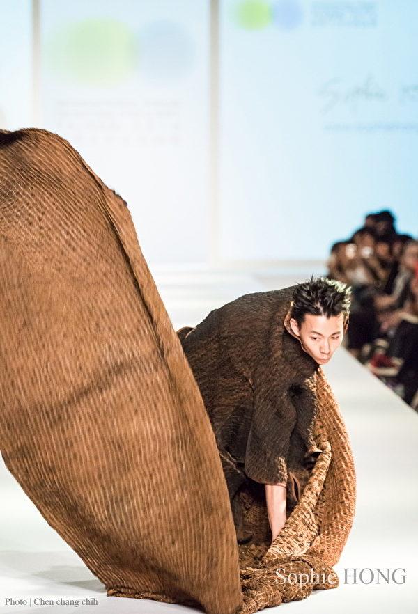 2014年10月国际天然染织时尚礼服发表。(图片来源:Sophie Hong提供)