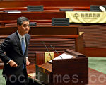 香港特首梁振英1月14日发表其任内第三份施政报告。民主派议员批评报告是一份染红、文革式的意识形态报告,要求梁振英下台。(潘在殊/大纪元)