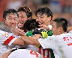 亞洲盃史上首次擊敗烏茲別克斯坦後,中國球員一起慶祝。(Bradley Kanaris/Getty Images)