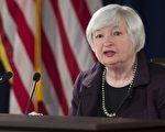 图为美联储主席叶伦(Janet Yellen)在2014年12月17日的FOMC会议后新闻发布会上讲话,当时叶伦说油价下跌就好比减税,让消费者有更多可支配收入。(SAUL LOEB/AFP/Getty Images)