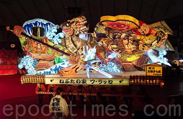 """来自日本东北地区青森县青森市的青森大灯笼节(也被叫做""""青森睡魔祭"""")的""""组大灯"""",在鼓点和伴奏乐及""""跳人""""大群舞的热闹中行进。(张本真/大纪元)"""