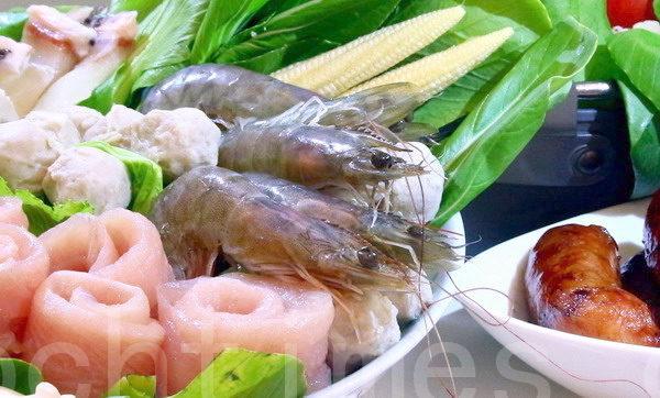 优格龙胆石斑片(左起),虱目鱼丸、皮、背鳍肉与白虾等顶级火锅料。(赖友容/大纪元)