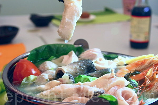吃草本优格养的鱼虾火锅,肉质Q弹、汤鲜甜,是最健康的海鲜食材。(赖友容/大纪元)