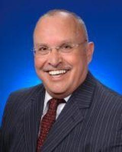 榉树林市市长Dennis B. Buckley