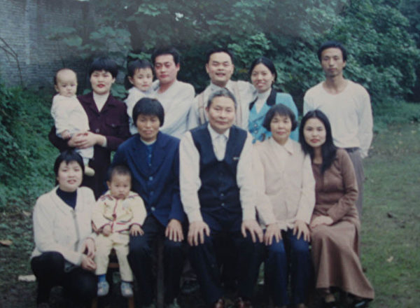 江宏一家人合影。(大纪元)