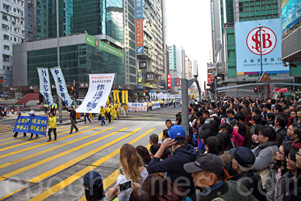 香港法輪功學員1月17日舉行大型反迫害集會遊行,逾千人的遊行隊伍途徑九龍多個鬧市區,呼籲各界三退解體中共,結束迫害,法辦江澤民等元兇,吸引大批中外民眾觀看。(潘在殊/大紀元)