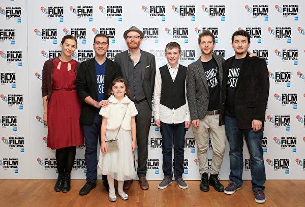 汤姆‧摩尔(左二)与联合编剧威尔‧柯林斯(右一)及制片人和配音演员出席伦敦影展《海洋之歌》首映式。(John Phillips/Getty Images for BFI)