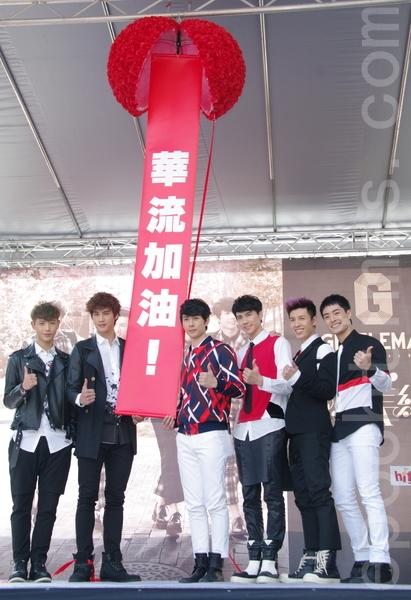 男團GENTLEMAN於2015年1月18日在台北舉行《不完美紳士》簽唱會SpeXial的宏正(左二)帶領另1位成員晨翔(左一)出席。(黃宗茂/大紀元)