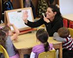 让数学变得有趣是帮助孩子学好数学的最佳的方法。家长可将数学融入日常生活中,让孩子们能理解且与他们的日常生活息息相关的环境下,练习和形成基本的数学概念。(John Moore/Getty Images)