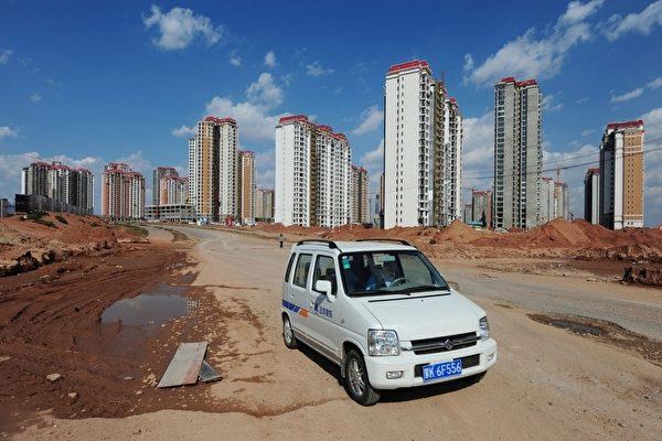 """图为内蒙古鄂尔多斯(Ordos)市缺少居民的""""鬼城"""",已被当地人称为""""中国迪拜""""。图为鄂尔多斯市新公寓楼。(AFP PHOTO/Mark RALSTON)"""