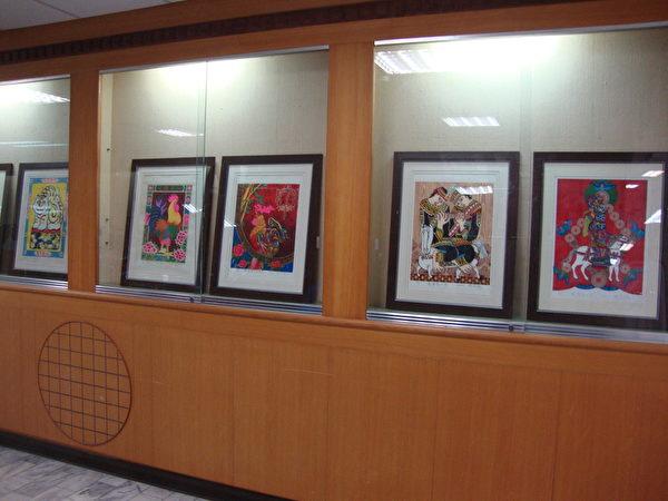 """朴子医院一楼文艺走廊""""迎新纳福年画展""""一隅。(蔡上海/大纪元)"""