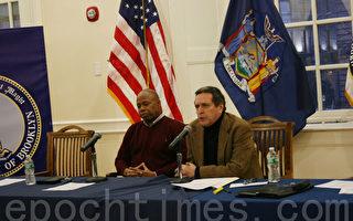 布碌崙区长亚当(Eric Adams) 与民权律师西格(Norman Siegel) 主持布碌崙市政厅会议。(任倩雪/大纪元)
