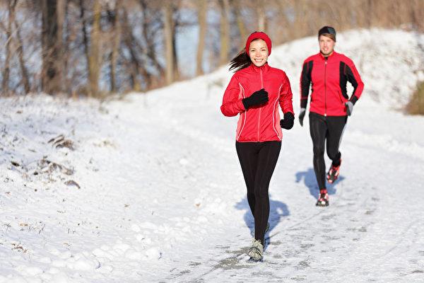 運動時間越長,口腔分泌的唾液會減少,從而使口腔呈鹼性,鹼性唾液令細菌滋長。(fotolia)