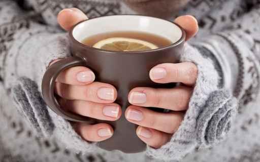 在寒冷的環境,用熱茶暖身,會造成牙齒損傷。(fotolia)