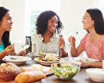 和朋友一起吃饭是一大享受,但是如果饭后常打嗝、肚子胀气或者有一些不舒服的现象,不要认为只是自己吃饱后的自然反应,它不只是影响消化,还可能会影响你的健康。(Fotolia)