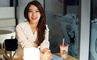 女主角赵允熙在拍片过程中,品尝到珍珠奶茶的美味。(采昌提供)