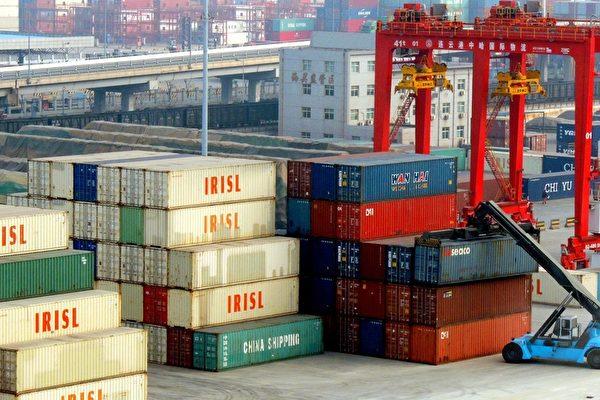 图为2015年1月17日一卡车正在江苏省连云港吊起一货柜。 中国2014年GDP成长创24年来新低,工业产能过剩,投资减缓和出口不稳定在新的一年仍然挑战当权者。(Photo credit should read STR/AFP/Getty Images)