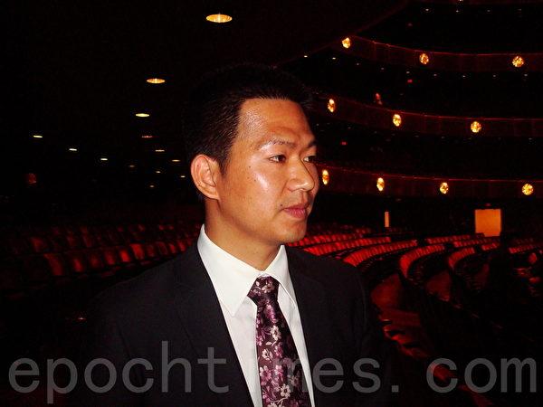 """中国经贸官员郭先生观看神韵后表示:""""神韵是伟大的演出!中共首脑们应该好好看看神韵。""""(陈天成/大纪元)"""