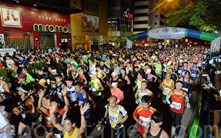 香港國際馬拉松昨日清晨在尖沙咀起步。(宋祥龍/大紀元)