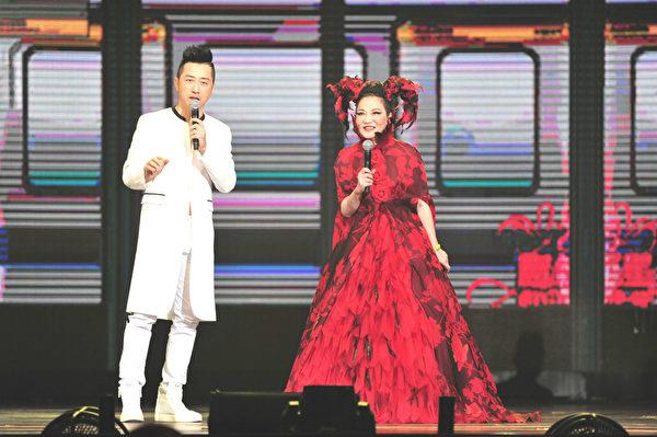 2015超級巨星紅白藝能大賞主持人張小燕、庾澄慶。(台視提供)