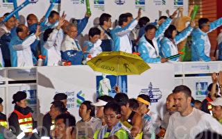 2015年香港渣打馬拉松賽事,有參加者在起步時撐起黃色雨傘。(潘在殊/大紀元)