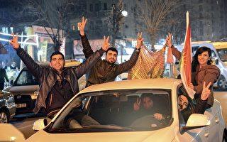 2015年1月26日,库尔德人在土耳其东南部迪亚巴克尔(Diyarbakir)的一个街上,开车沿街庆祝库尔德人将IS逐出科巴尼。(ILYAS AKENGIN/AFP/Getty Images)