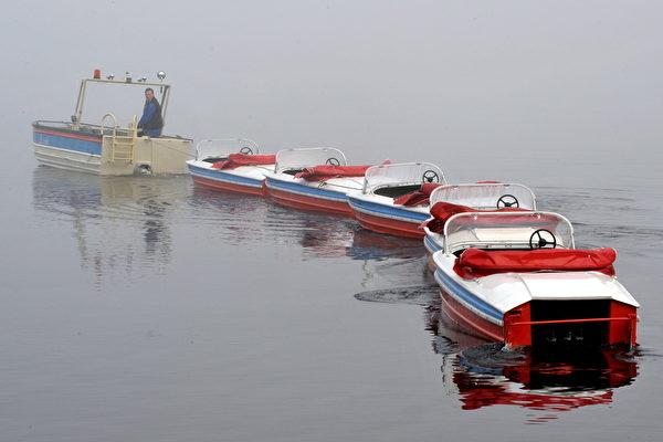 德国黑森林蒂蒂湖拉踏板船。(ROLF HAID/DPA/AFP)