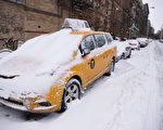 2015年1月27日,紐約曼哈頓,經過一夜的風雪,道路和車輛被積雪覆蓋。(戴兵/大紀元)