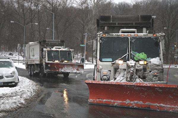 紐約經歷大雪後,鏟雪車在工作。(攝影:鐘鳴/大紀元)