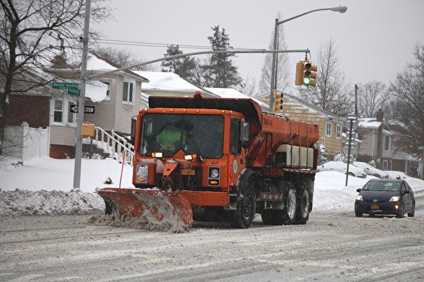 紐約經歷大雪後,鏟雪車在工作。(鐘鳴/大紀元)